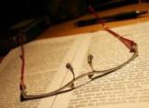Anteojos sobre libro